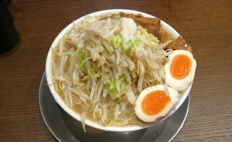 大二郎中(豚入り、味玉トッピング、野菜・背脂増し)